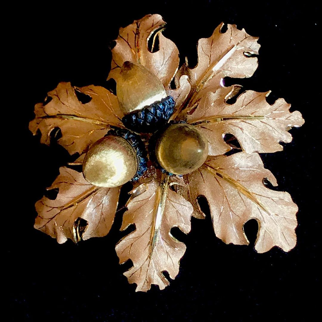 The upcoming jewelry sale of @sothebysjewels Paris is about @buccellatimilan with 26 pieces from 70s to 2010 including this #oak brooch Sale on the 29 October Stay tunes on #tfjp